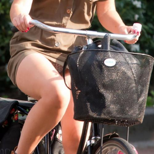 【自転車パ●チラ】躍動感のある太もも・パ●チラがエ□過ぎる(61枚)