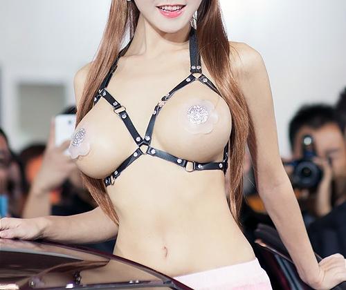 【露出】アジアのコンパニオンさん、乳首だけ隠しとけばおkって思ってるんだがwwwwww
