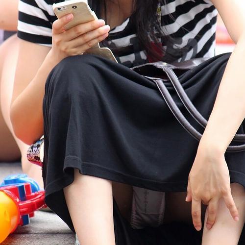 注意力低下中の女子のこのパ●チラ率の高さよwwww スマホ、よそ見はパ●チラのもとwwww