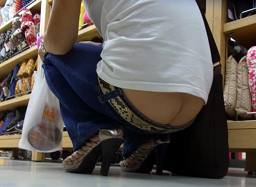今見ても思うなぜ流行したのかわからないファッション…ローライズ!尻のワレメまる見えの街撮り画像