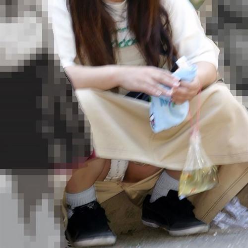 これが人妻の色気…子連れママさんのうっかりパ●チラがちょーエ□い街撮り盗撮画像