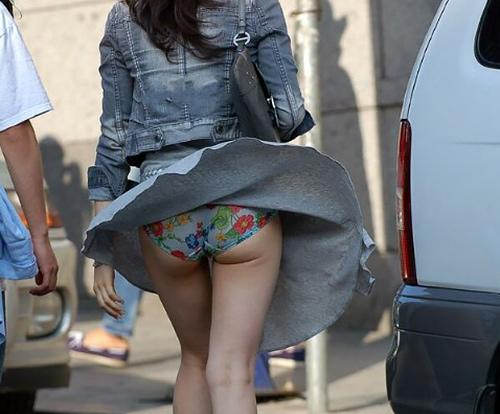 突然人前にパ●ティー曝すハメになるなんて恥ずかしさハンパないwwww風でめくれ上がった素人女のスカート