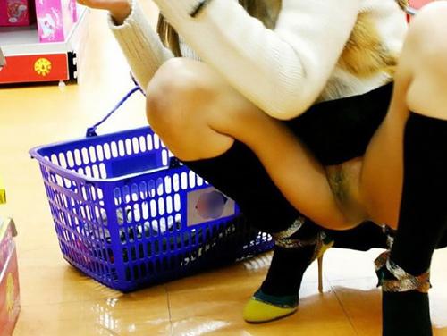 日本にもいたノーパン派女子!スカートからチラチラマ●コが見え隠れするプチ露出を楽しむノーパンエ□画像