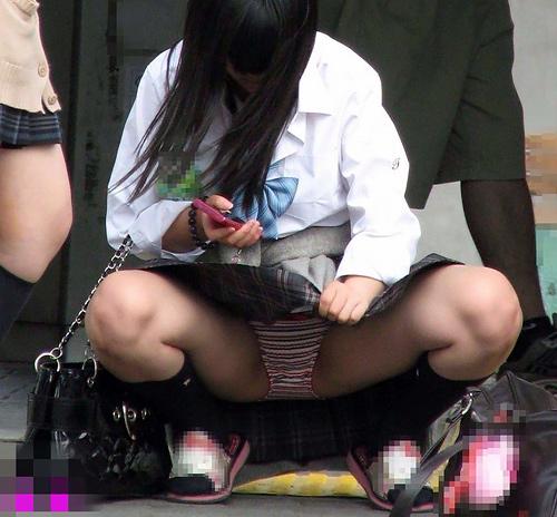 【JKパ●チラ盗撮エ□画像】股間のガードが緩すぎる女子校生達のパンツを激写…爽やかなエ□さがあるwww