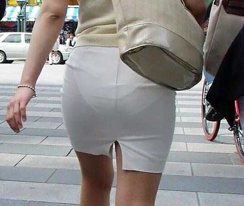 タイトスカートがパツンパツンッ!パ●ティが透けちゃうほど大きなお尻に張りつく巨尻娘の街撮り画像