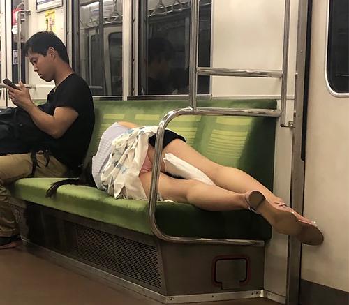 【パンツ見えてるよ】無防備にワイの前で寝転ぶからパ●チラ撮られんねんw