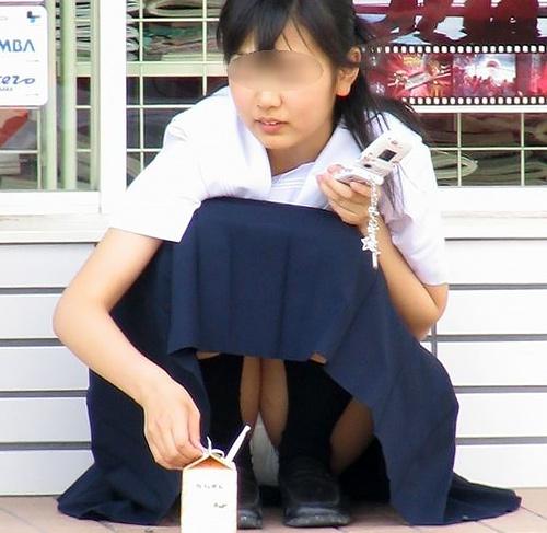 制服姿のJKたちが、座ってパ●チラしまくってたので街撮り