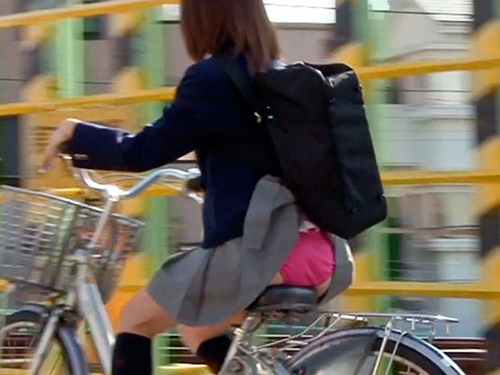 スカートがカバンなどに引っ掛り、パ●チラしちゃった素人女性たちを街撮り