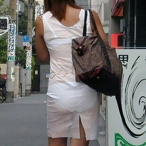 街角透けパ●チラ画像 わざとなのって疑いたくなるくらいクッキリ透けパンしてる女達を発見!