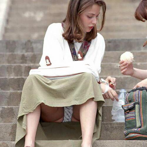 お股ゆるゆるパンツまる見え!!日本人の女の子よりも大胆…海外の超過激なパ●チラ盗撮画像