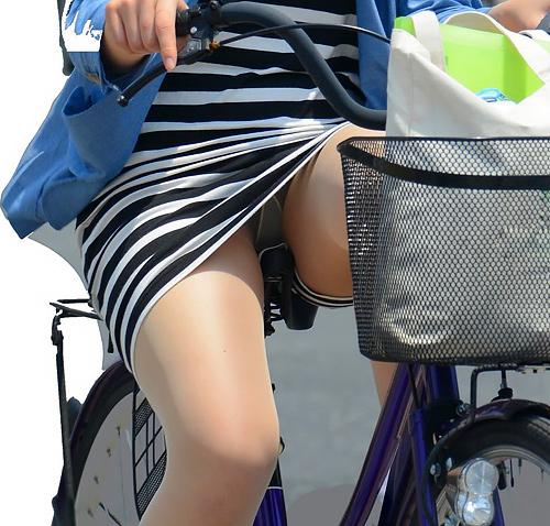 自転車ガールがキコキコとペダルを漕ぐ時にパンツがチラチラ見える姿が感激