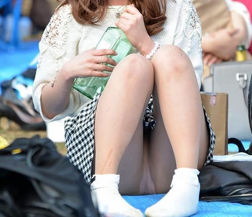 【公園パ●チラ】青空の下で開放的にスカートの中を見せてる素人のパ●チラ画像