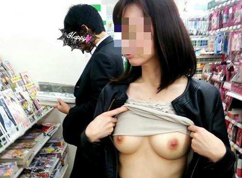 【店内露出エ□画像】露出狂になれば何処でも服を脱いでしまう…すぐそばに人がいてもきにしないwww