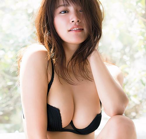 久松郁実 柔らかくてビキニからこぼれ出そうな美巨乳おっぱいに釘付け