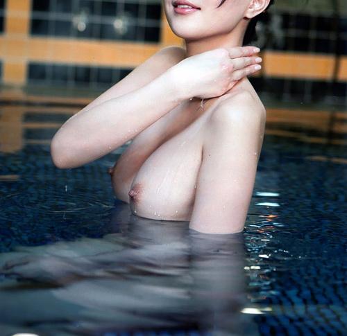 混浴露天風呂にお姉さんと一緒に入っておっぱいを揉みながら癒やして欲しい