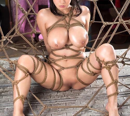 緊縛されておっぱいに縄が食い込んでるお姉さんが調教されてる姿に超興奮
