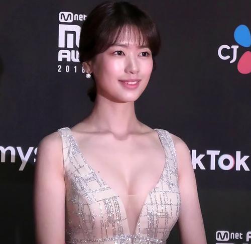 可愛い韓国女優、チョン・ソミンのオッパイがちょっとハミ出てるセクシー画像、GIFや動画www