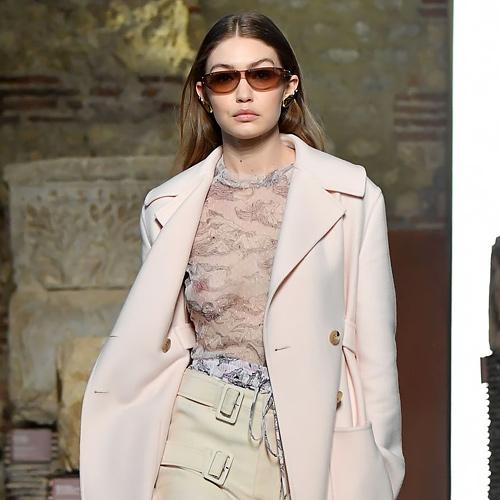 スーパーモデル、ジジ・ハディッド がファッションショーでシースルーのドレスを着て、オッパイを揺らしてるセクシーGIFや動画www