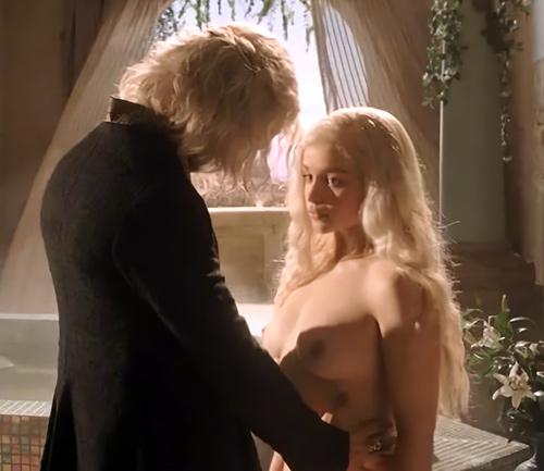 女優のエミリア・クラークのヌードシーンで、オッパイ(乳首)のアップがエロいセクシーGIFwww