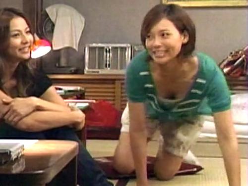 相武紗季が胸ちらして、ちょこっとオッパイが揺れてるのや夏目三久アナが少し胸ちらしてるセクシーGIFwww