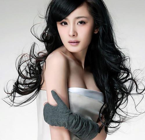中国の美人女優、ヤン・ミーのオッパイの谷間やハミ尻してるお尻がエロい腕ブラなどのセクシー画像www