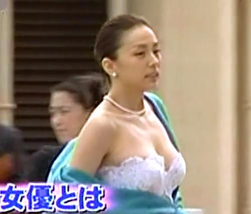 ウエディングドレス姿の米倉涼子のこぼれそうなオッパイが揺れまくってるセクシーGIFwww