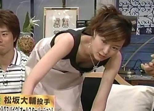 中村仁美が女子アナ時代に胸ちらしてるセクシーGIFwww