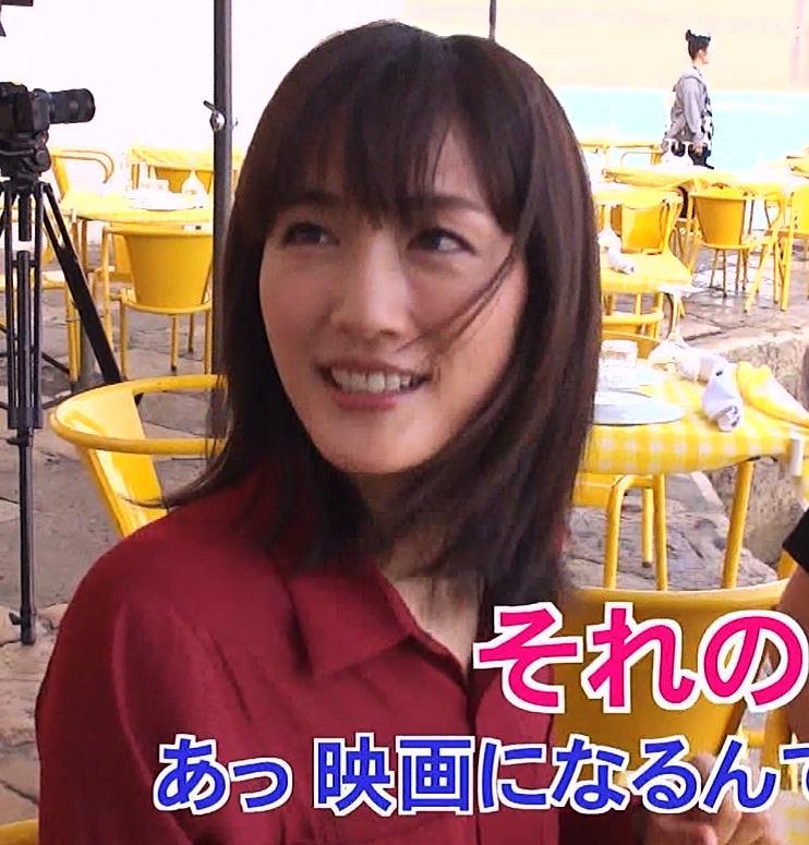 綾瀬はるか 思いっきり胸チラキャプ・エロ画像