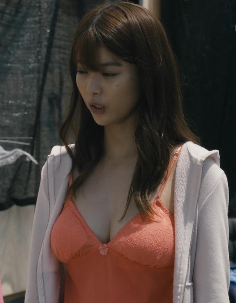 馬場ふみか 胸元を大きく露出して揺らしまくるGIF動画キャプ・エロ画像2