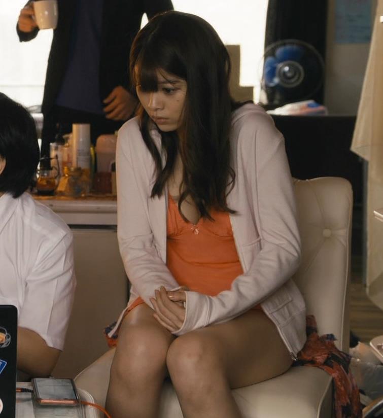 馬場ふみか 胸元を大きく露出して揺らしまくるGIF動画キャプ・エロ画像5
