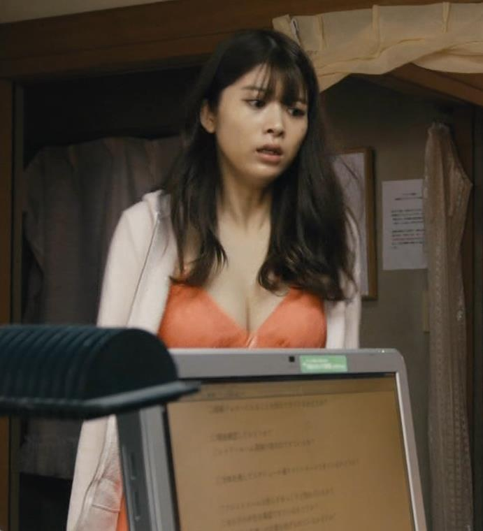 馬場ふみか 胸元を大きく露出して揺らしまくるGIF動画キャプ・エロ画像6