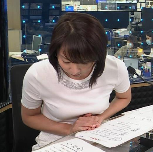 出水麻衣アナ おっぱいを押しつぶすキャプ・エロ画像2