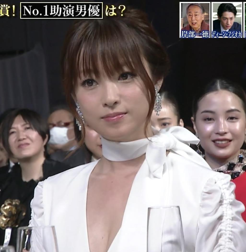 深田恭子 胸元大胆露出キャプ・エロ画像