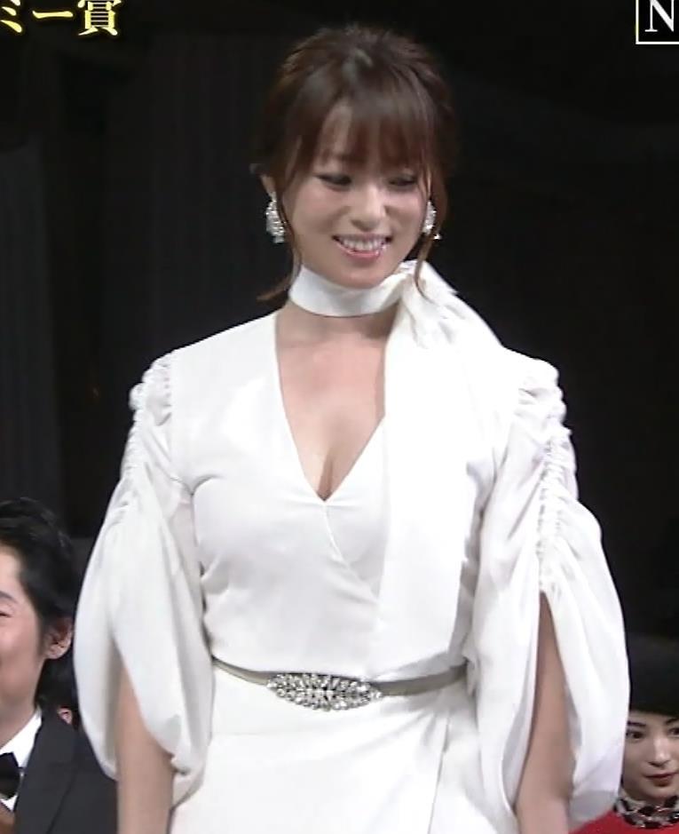 深田恭子 胸元大胆露出キャプ・エロ画像2