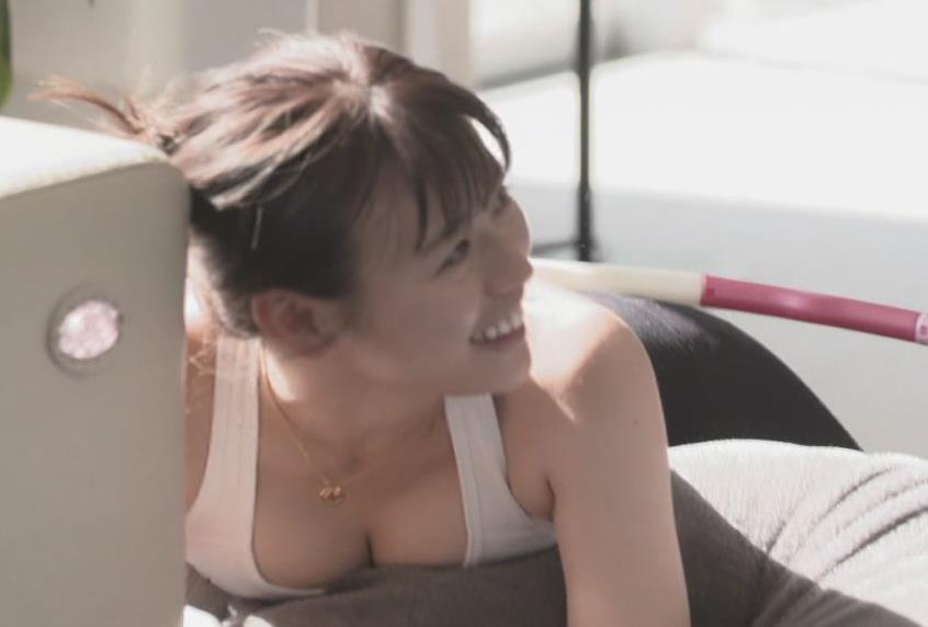 井口綾子アナ 胸の谷間見せまくりサービスキャプ・エロ画像6