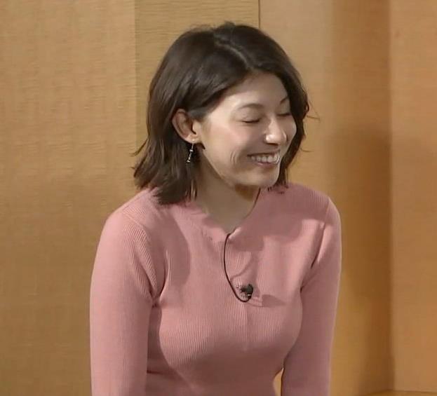 上村彩子アナ いい感じにエロいニットおっぱいキャプ・エロ画像2