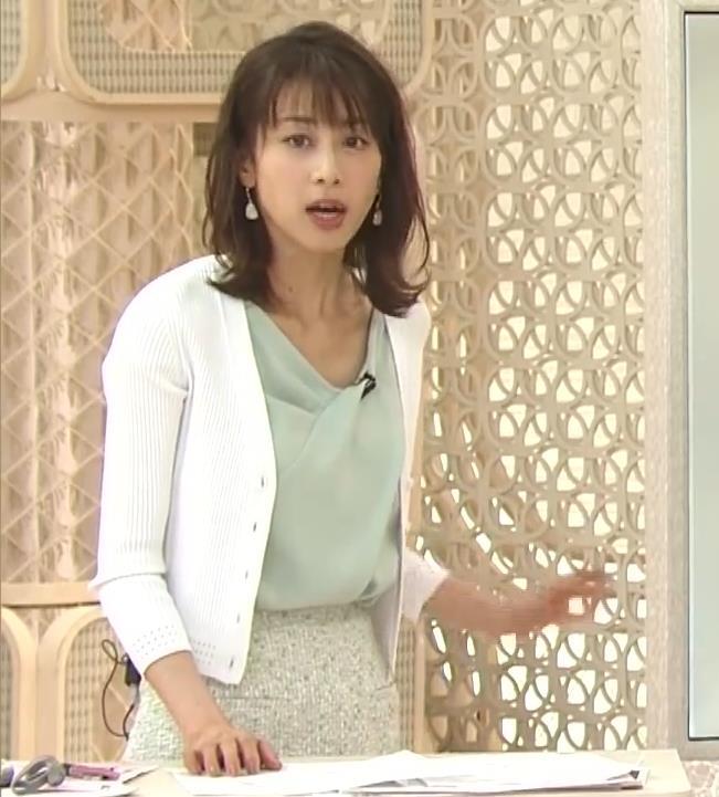 加藤綾子 緩い服で胸元チラキャプ・エロ画像2