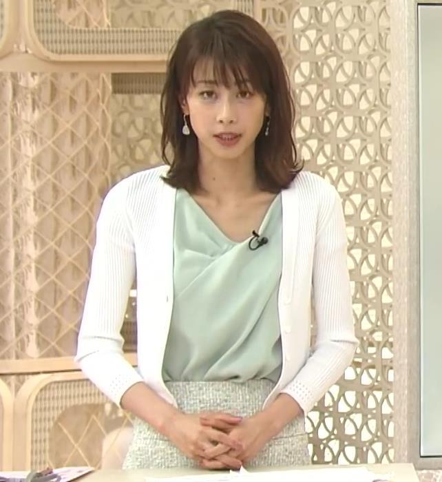 加藤綾子 緩い服で胸元チラキャプ・エロ画像11
