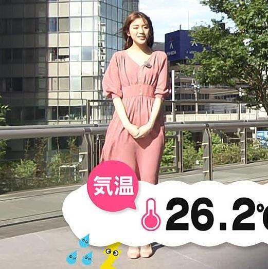 貴島明日香 風でスカートで張り付いて脚のラインが浮き出るキャプ・エロ画像