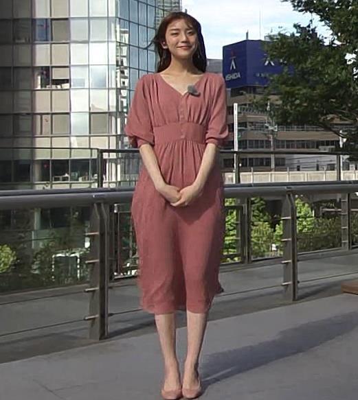 貴島明日香 風でスカートで張り付いて脚のラインが浮き出るキャプ・エロ画像2