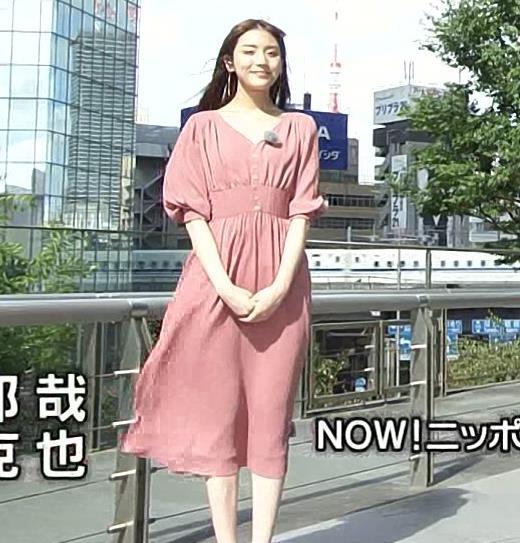 貴島明日香 風でスカートで張り付いて脚のラインが浮き出るキャプ・エロ画像4