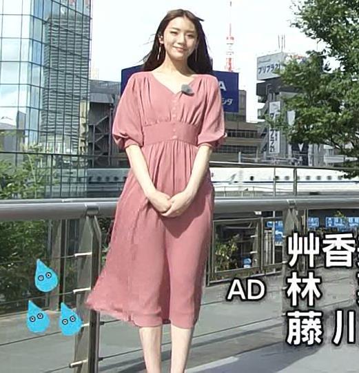 貴島明日香 風でスカートで張り付いて脚のラインが浮き出るキャプ・エロ画像5