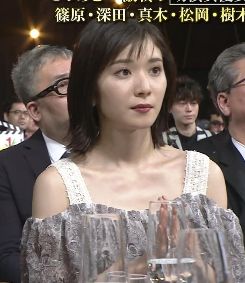 松岡茉優 巨乳の水着姿キャプ・エロ画像