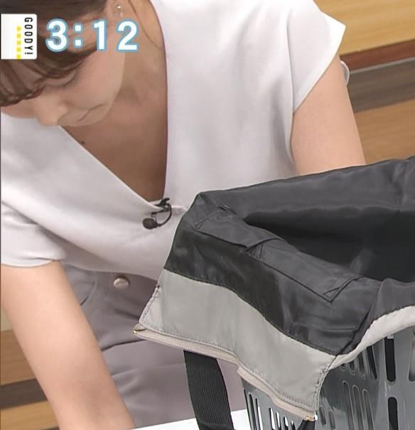 宮澤智アナ 前かがみ胸元チラキャプ・エロ画像