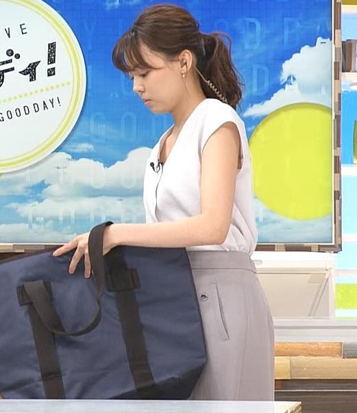 宮澤智アナ 前かがみ胸元チラキャプ・エロ画像5