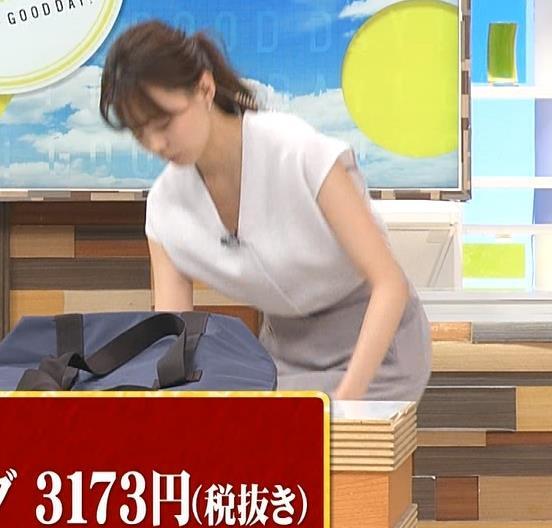宮澤智アナ 前かがみ胸元チラキャプ・エロ画像6