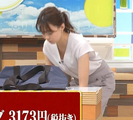 宮澤智アナ 前かがみ胸元チラキャプ・エロ画像7