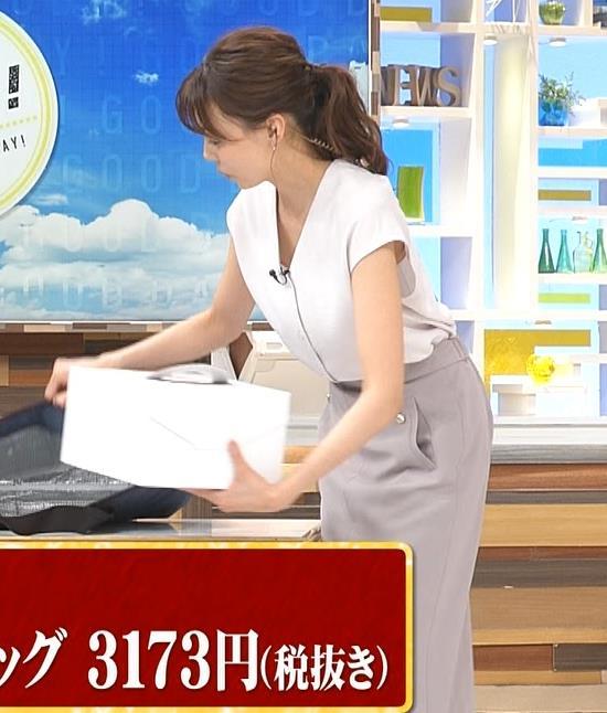 宮澤智アナ 前かがみ胸元チラキャプ・エロ画像8