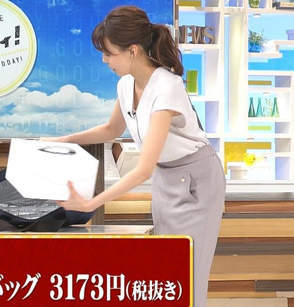 宮澤智アナ 前かがみ胸元チラキャプ・エロ画像9