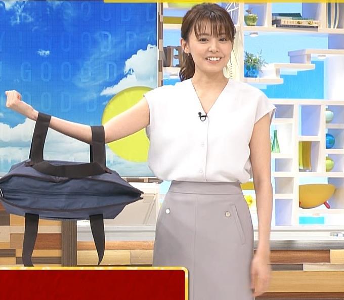 宮澤智アナ 前かがみ胸元チラキャプ・エロ画像10